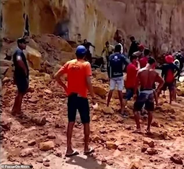 Nghỉ mát ở bãi biển nổi tiếng, gia đình 3 người chết tức tưởi vì vách đá sụp đổ, tư thế của người mẹ khi được tìm thấy gây nhói lòng - Ảnh 6.