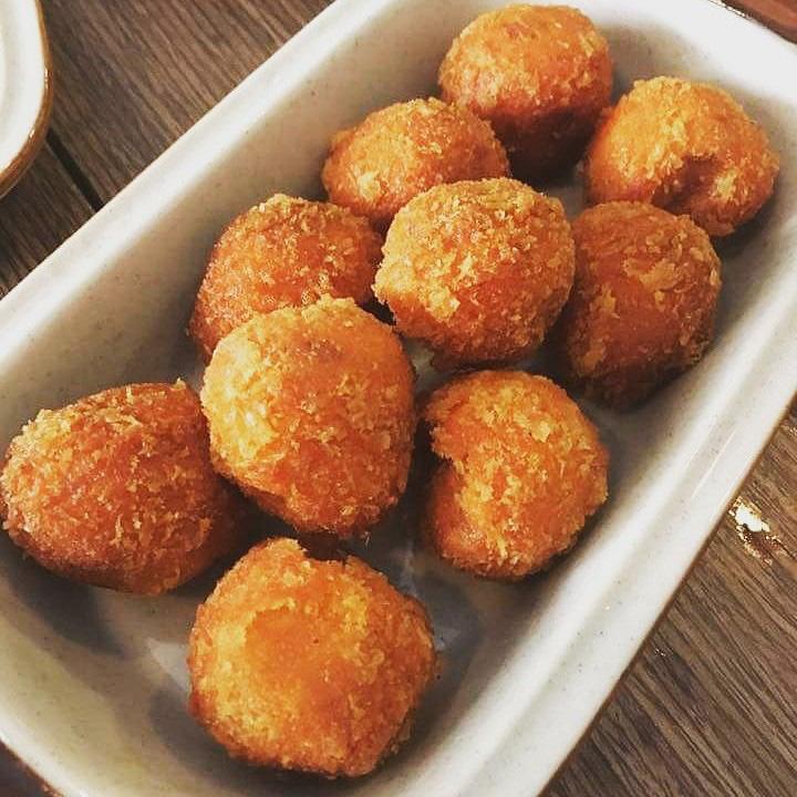 Đồ ăn vặt ở Bánh rán Hoàn nhất định phải thử dù chỉ một lần - Ảnh 1.
