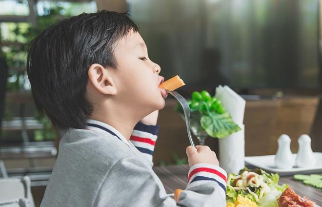 Mẹ cần biết: Những yếu tố quyết định sự phát triển thể chất và trí não của bé - Ảnh 1.