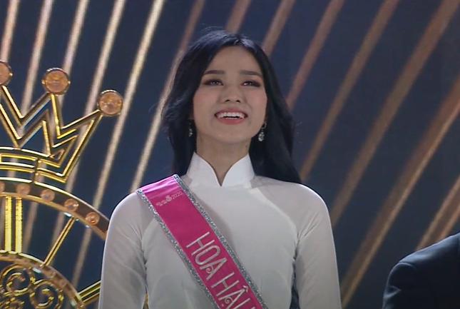 Biểu cảm khó hiểu của Tân Hoa hậu Việt Nam 2020: Mắt thì muốn khóc nhưng miệng thì muốn cười, có lúc lại thẫn thờ? - Ảnh 6.