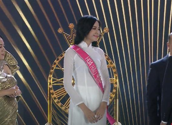 Biểu cảm khó hiểu của Tân Hoa hậu Việt Nam 2020: Mắt thì muốn khóc nhưng miệng thì muốn cười, có lúc lại thẫn thờ? - Ảnh 2.