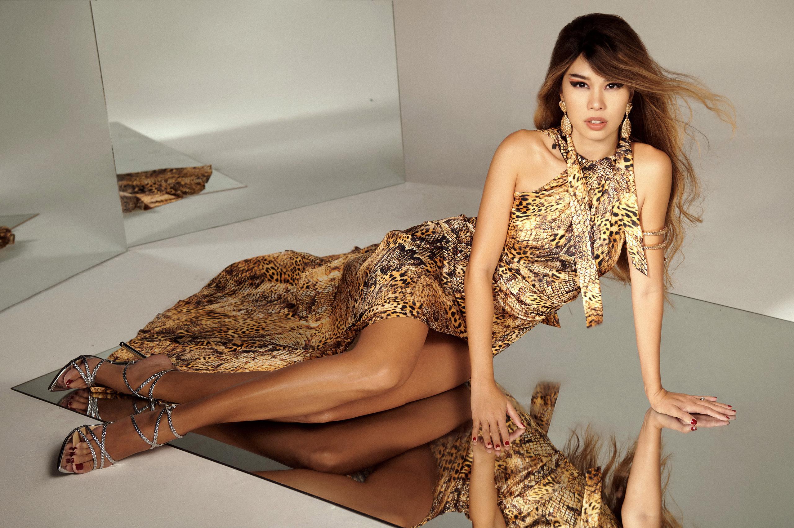 """Siêu mẫu Hà Anh mặc váy áo tưởng """"hở thót tim"""" nhưng lại vô cùng quyến rũ - Ảnh 1."""