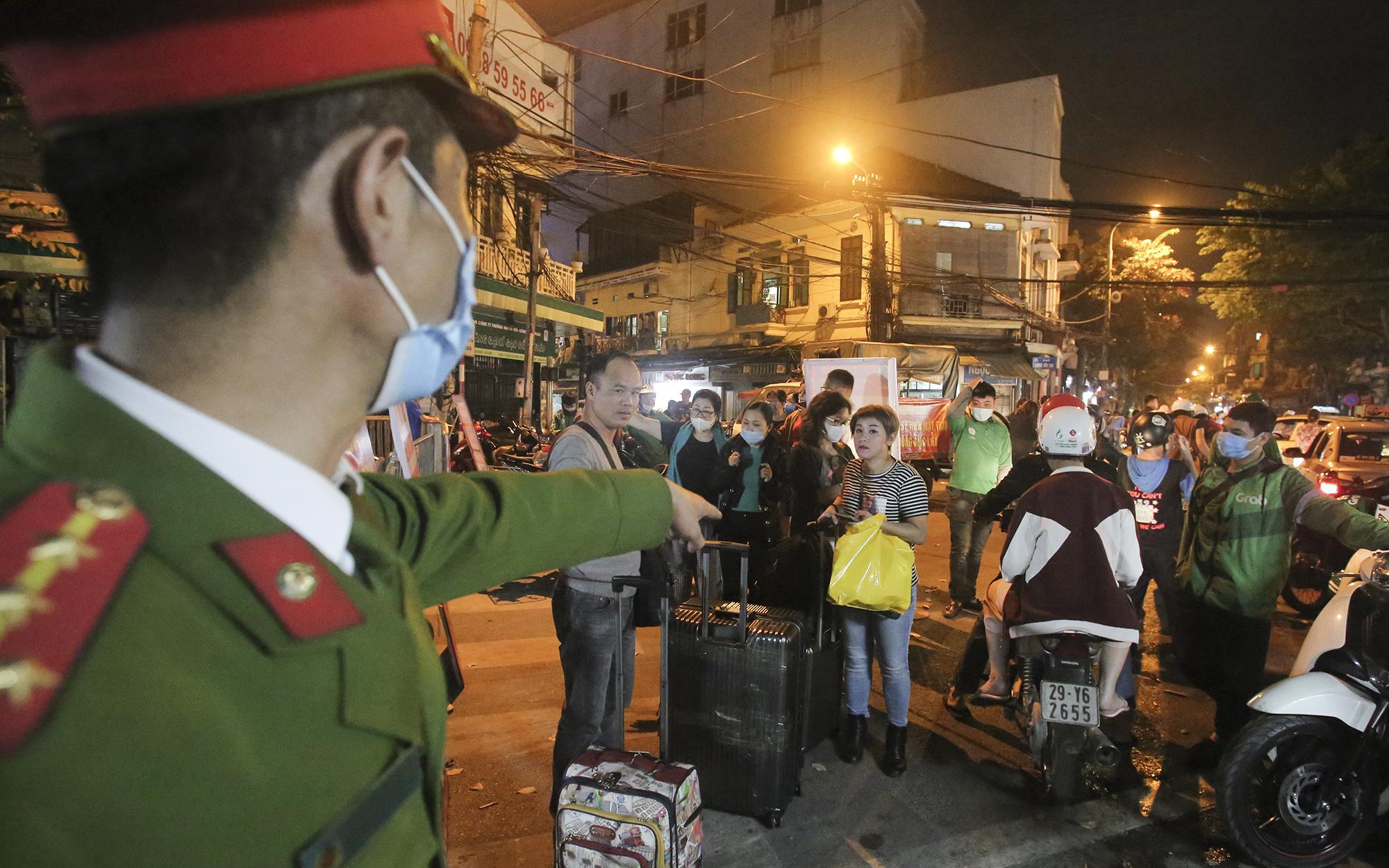 """Ảnh: Bỏ ngoài tai mức phạt """"khủng"""" lên tới 3 triệu, người dân Thủ đô vẫn thản nhiên vui chơi trên phố đi bộ mà không đeo khẩu trang, chỉ đeo để qua mặt lực lượng chức năng"""