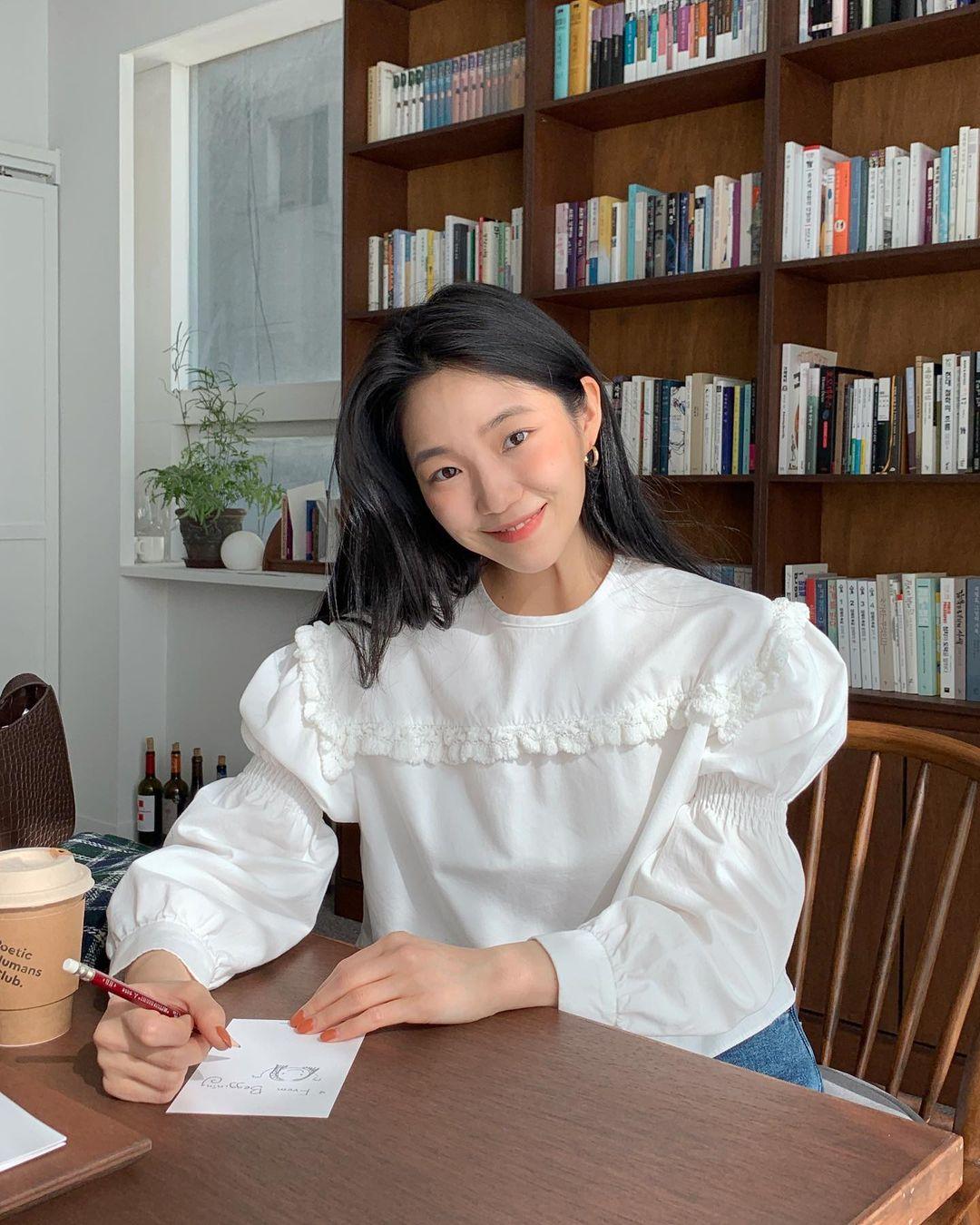 Những chiếc áo bánh bèo đang chiếm sóng Instagram sao Việt dạo này, nhìn rườm rà vậy thôi chứ dễ mix đồ lắm - Ảnh 5.