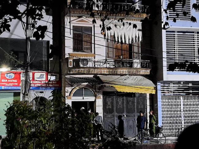 Clip: Bom xăng trút như dung nham từ căn nhà 3 tầng khiến người dân hoảng hốt - Ảnh 2.