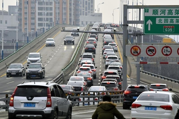 Trung Quốc cho phép người trên 70 tuổi thi lấy bằng lái xe - Ảnh 1.