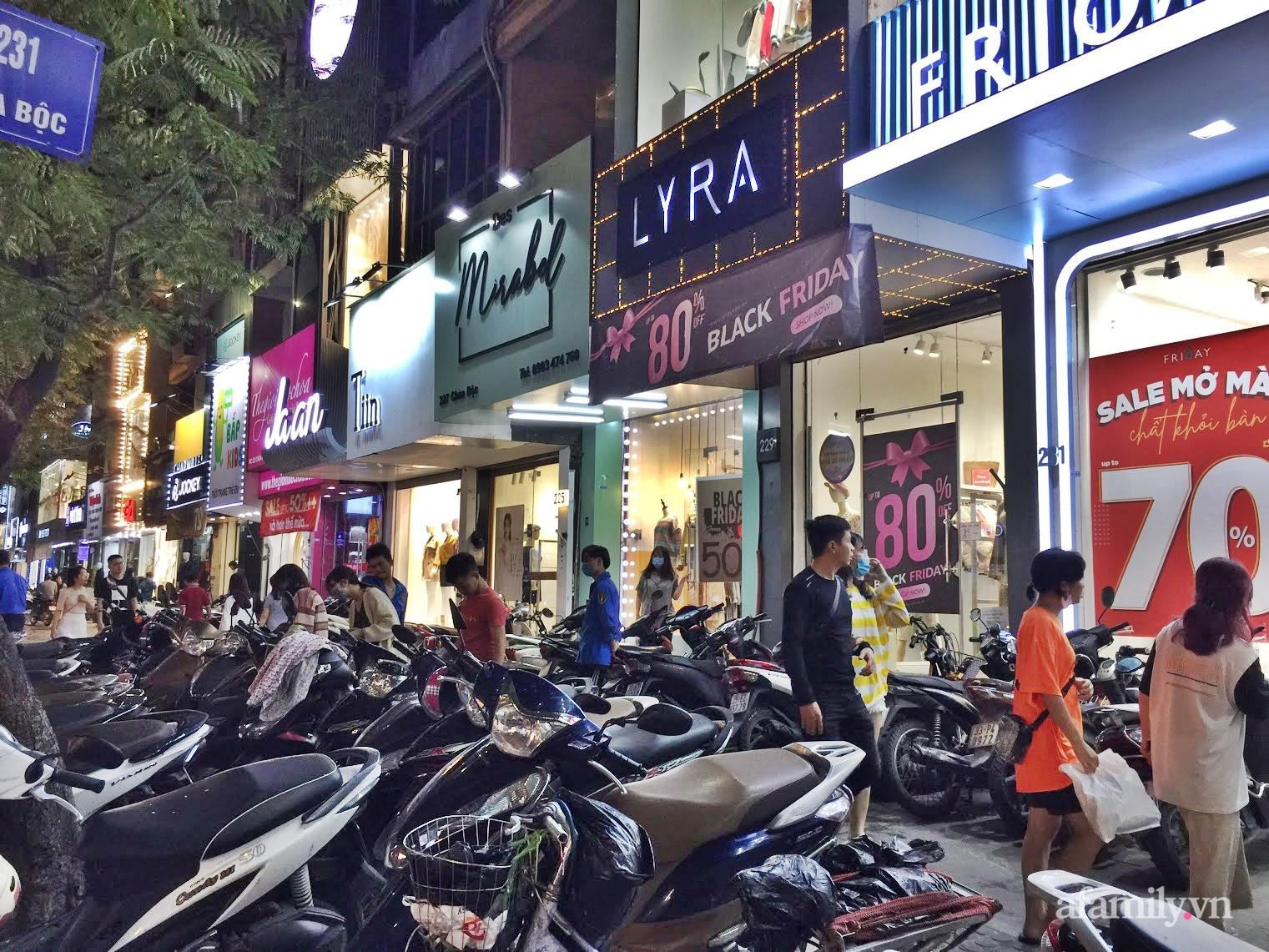 Hà Nội: Phố thời trang, trung tâm thương mại rợp biển giảm giá 80% trước ngày mua sắm Black Friday - Ảnh 2.