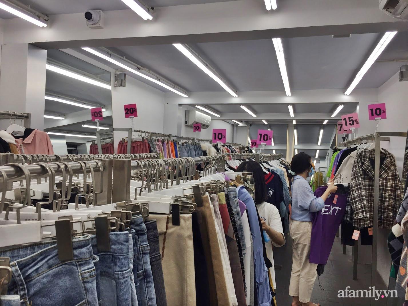 Hà Nội: Phố thời trang, trung tâm thương mại rợp biển giảm giá 80% trước ngày mua sắm Black Friday - Ảnh 3.