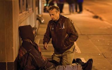 Mời người lạ vô gia cư điếu thuốc để bắt chuyện, người đàn ông bật khóc khi biết danh tính của đối phương rồi mời luôn về nhà