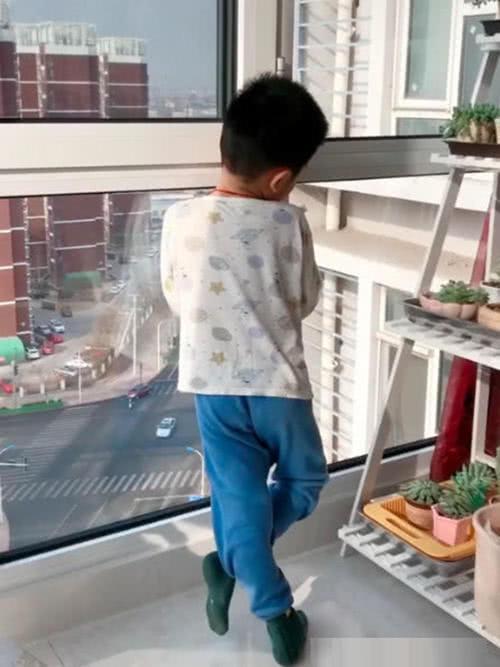 """Mẹ gọi mãi con trai không chịu vào ăn cơm mà đứng ngẩn ngơ nhìn qua cửa kính, cô tò mò đến gần kiểm tra thì """"câm nín"""" khi biết nguyên do - Ảnh 1."""