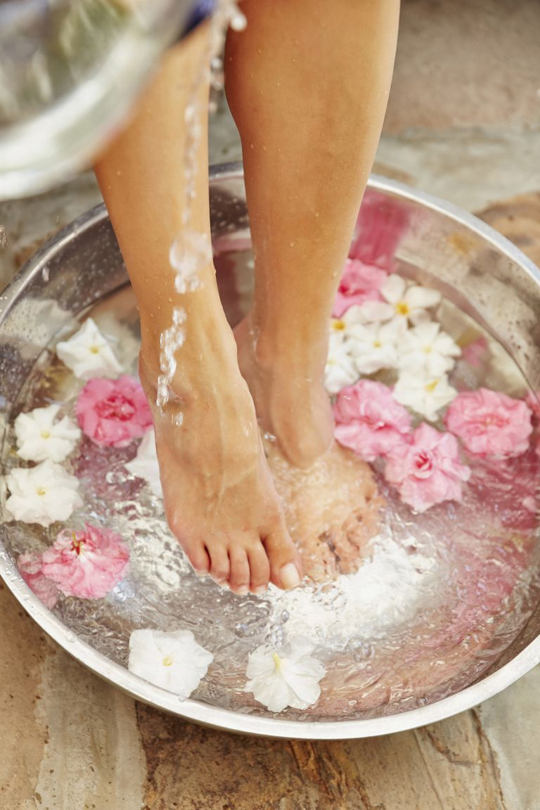 """Mùa Thu Đông chân dễ nứt toác khô bong, lưu ngay 5 tips để bảo vệ từ """"chân tơ kẽ tóc"""" - Ảnh 1."""