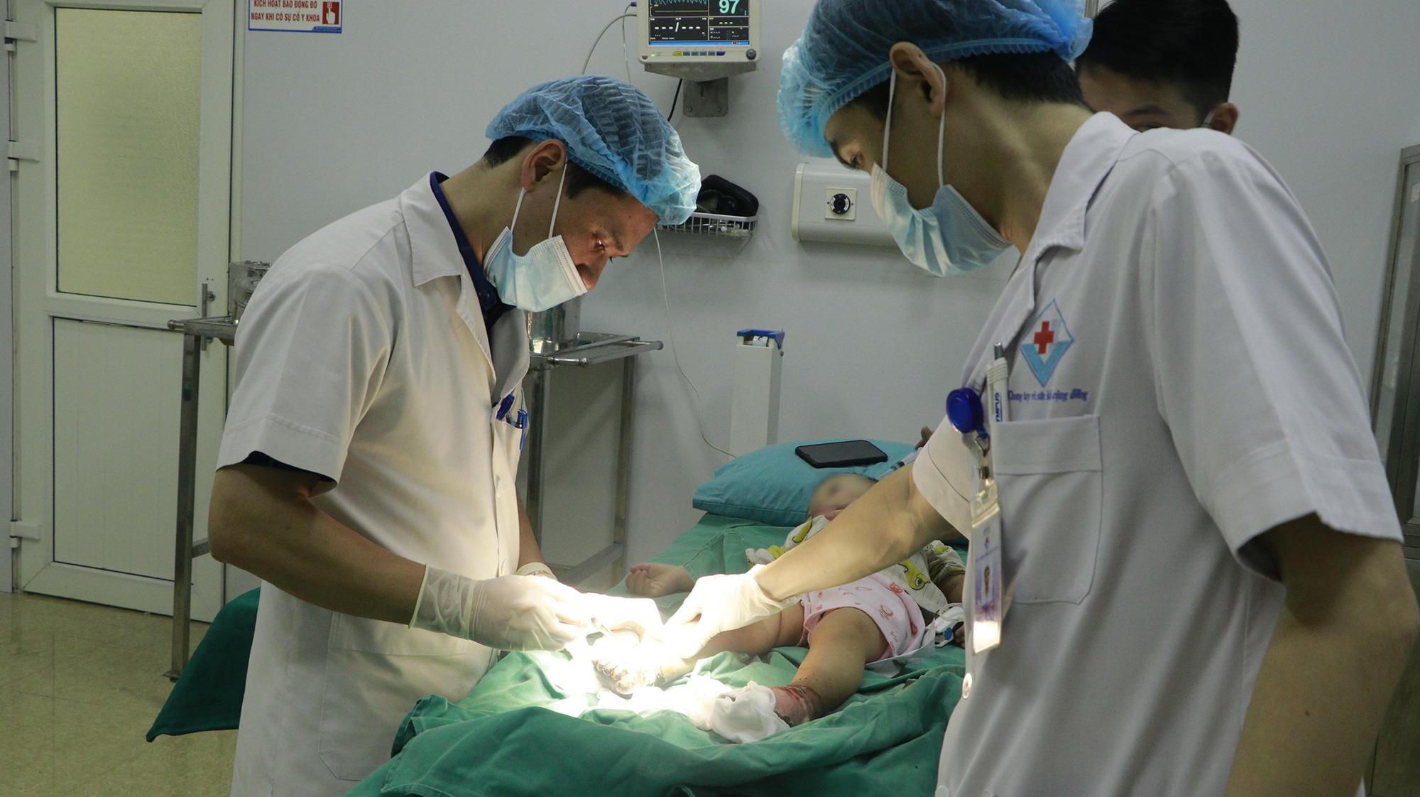 Đắp thuốc nam chữa bỏng, hai bàn chân bé trai bị nhiễm trùng nặng - Ảnh 1.