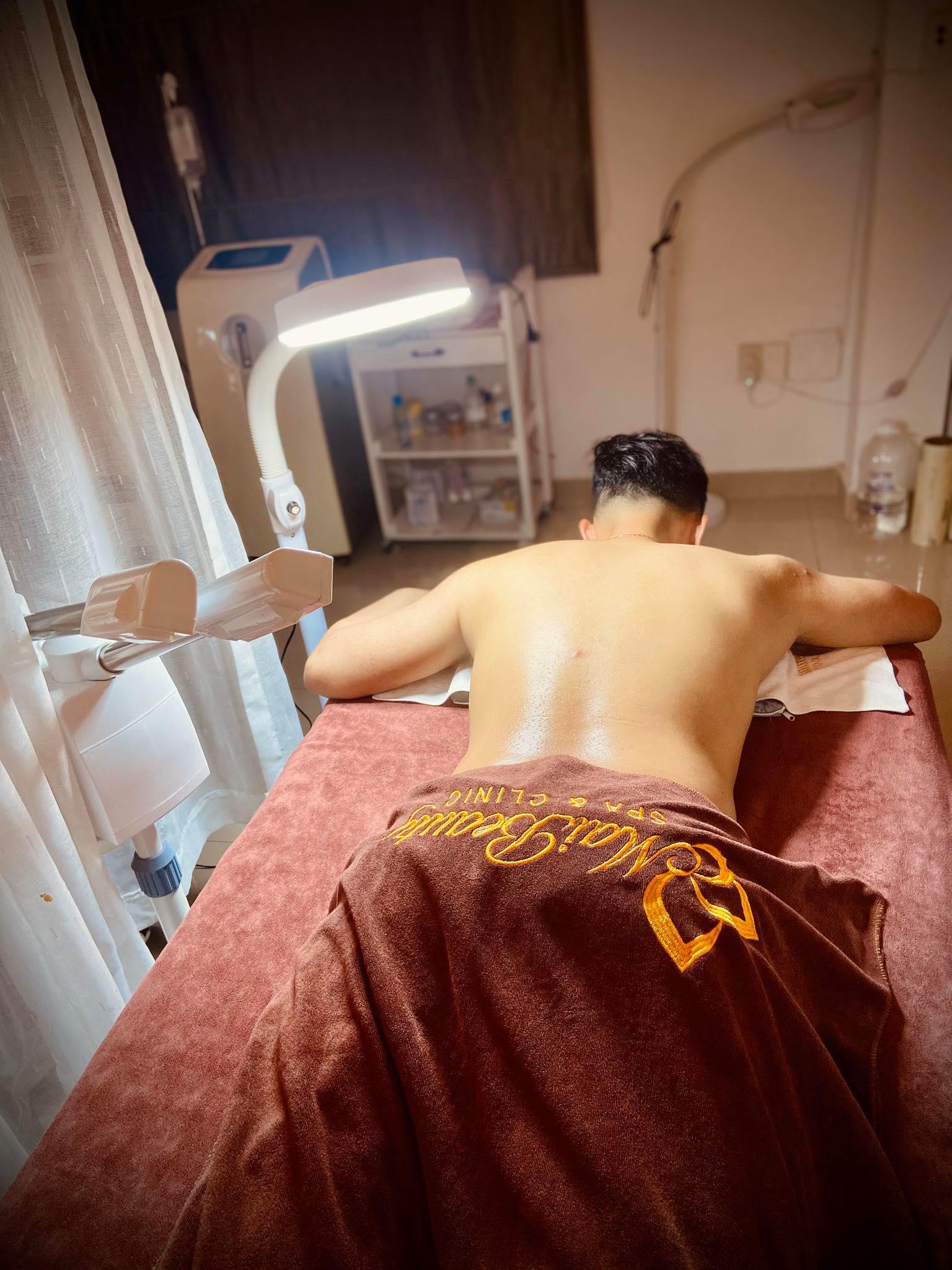 Khổ sở với mụn lưng chi chít, chị e có thể tới gặp ngay chuyên gia mụn lưng tại Sài Gòn – Maibeauty Spa & Clinic - Ảnh 1.