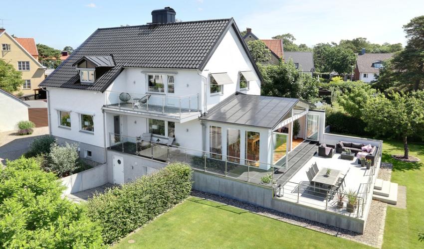 Căn nhà màu trắng mang nắng ngập tràn được thiết kế theo phong cách Bắc Âu nổi bật bên vườn cây xanh mát - Ảnh 1.