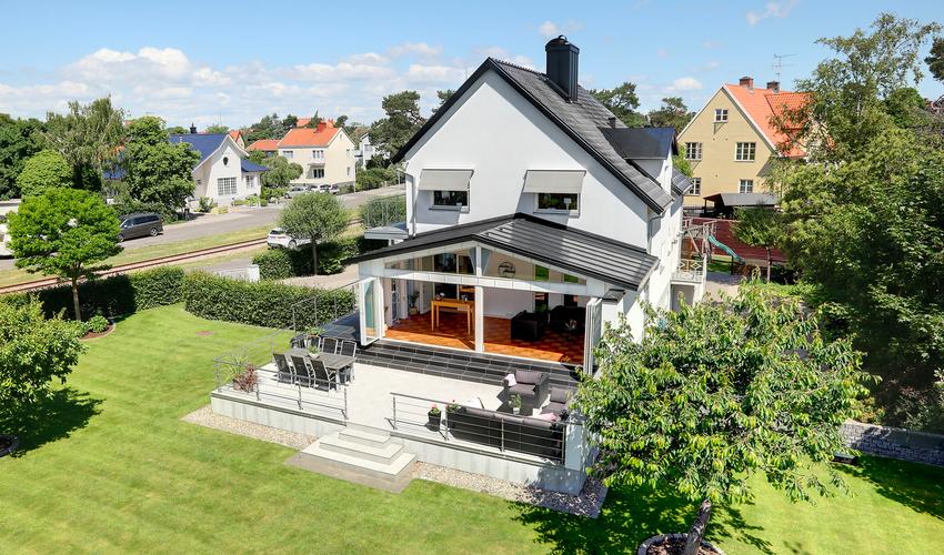 Căn nhà màu trắng mang nắng ngập tràn được thiết kế theo phong cách Bắc Âu nổi bật bên vườn cây xanh mát - Ảnh 3.
