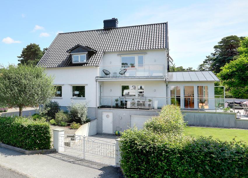 Căn nhà màu trắng mang nắng ngập tràn được thiết kế theo phong cách Bắc Âu nổi bật bên vườn cây xanh mát - Ảnh 2.