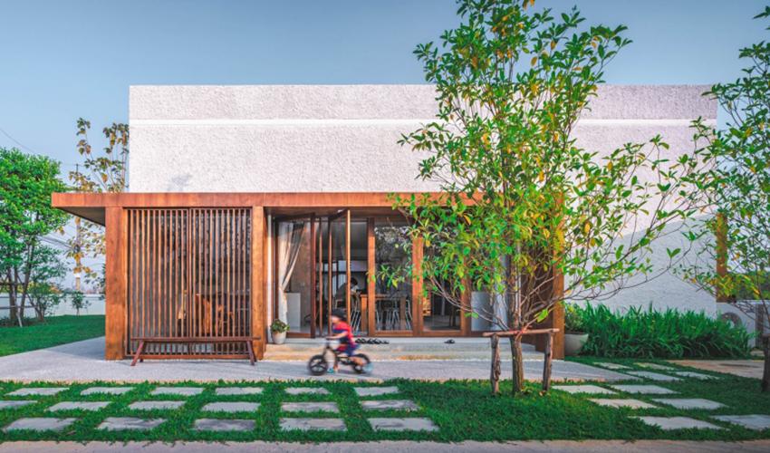 200716onhill0 1606275673695667513773 - Sống hạnh phúc giữa vườn cây xanh cùng căn nhà gỗ bình yên ai ngắm cũng ước ao của gia đình 6 thành viên