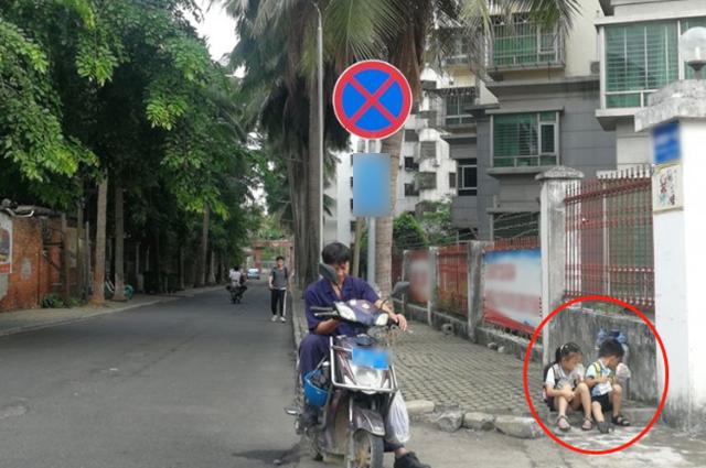Cho 2 con ngồi bệt ở góc đường ăn sáng, ông bố không ngờ mình bị chụp ảnh lại, nhận lời khen tới tấp vì 1 hành động nhỏ của đám trẻ - Ảnh 1.