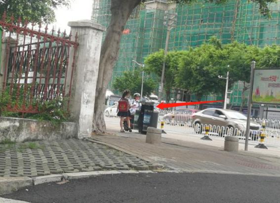 Cho 2 con ngồi bệt ở góc đường ăn sáng, ông bố không ngờ mình bị chụp ảnh lại, nhận lời khen tới tấp vì 1 hành động nhỏ của đám trẻ - Ảnh 2.