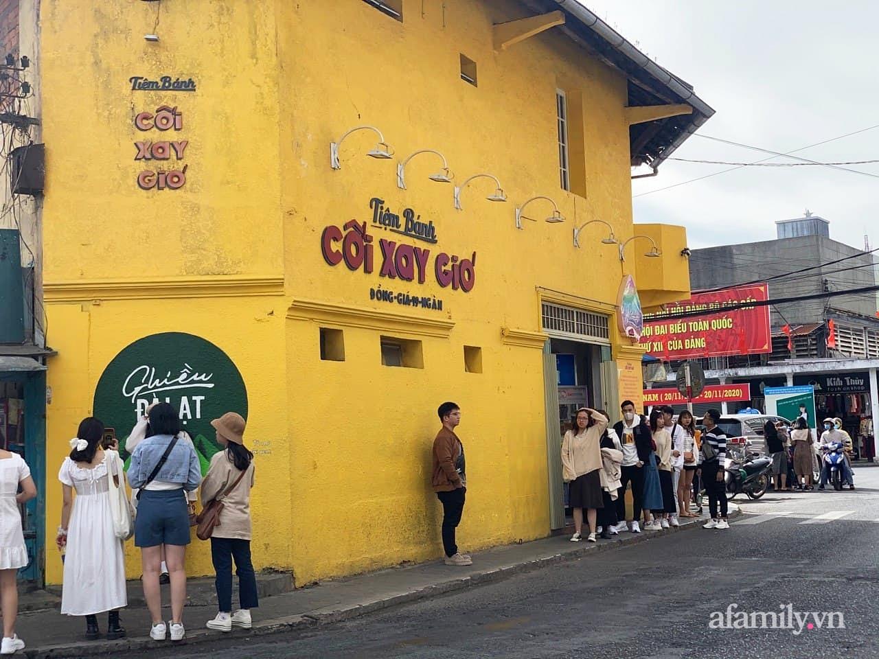 Hay tin bức tường vàng nổi tiếng của tiệm bánh Cối Xay Gió sắp ngừng hoạt động, khách du lịch kéo nhau đến chụp ảnh kỉ niệm đông nghẹt - Ảnh 8.