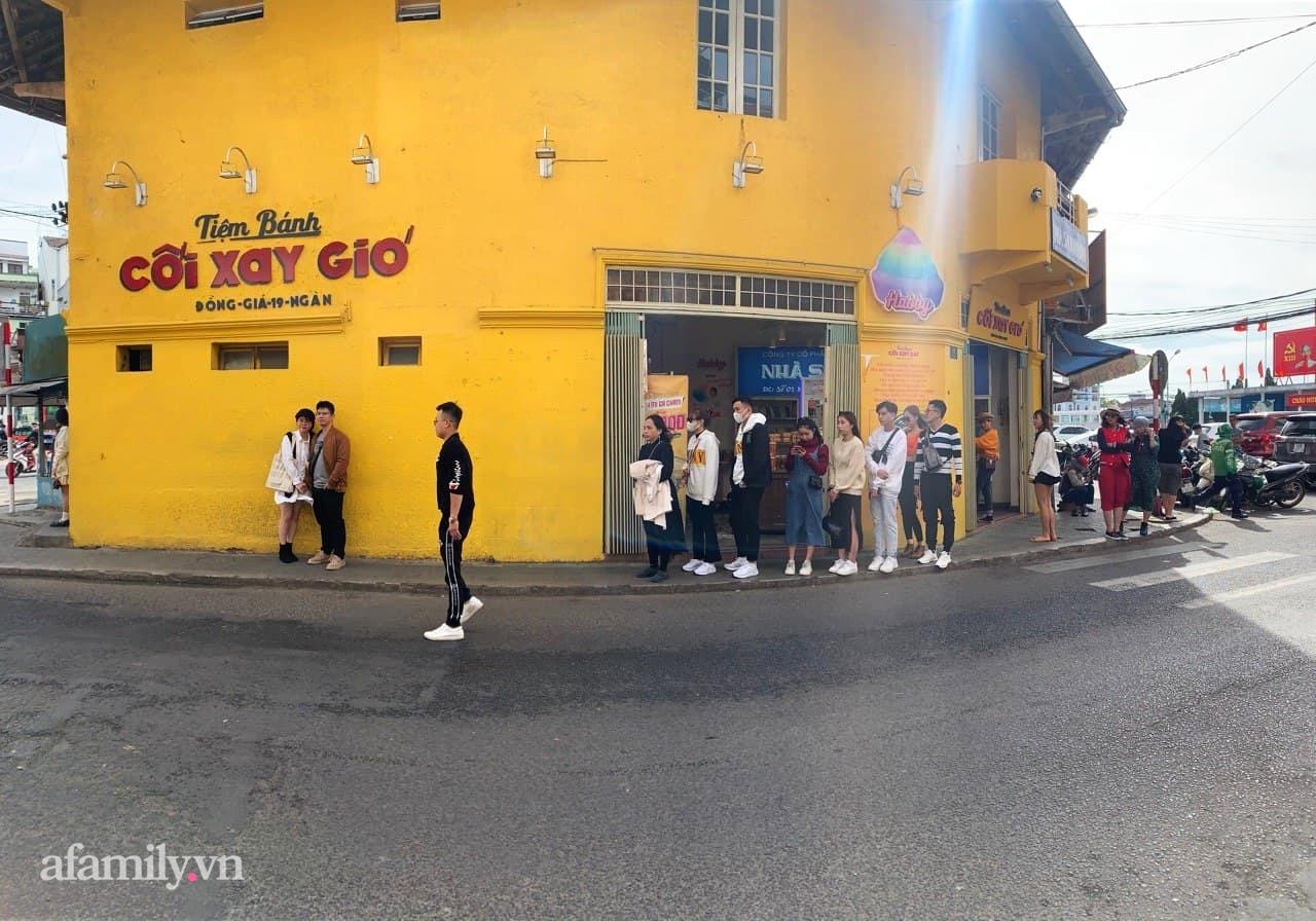 Hay tin bức tường vàng nổi tiếng của tiệm bánh Cối Xay Gió sắp ngừng hoạt động, khách du lịch kéo nhau đến chụp ảnh kỉ niệm đông nghẹt - Ảnh 9.