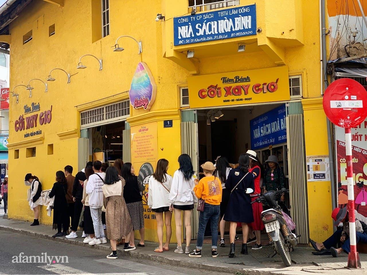 Hay tin bức tường vàng nổi tiếng của tiệm bánh Cối Xay Gió sắp ngừng hoạt động, khách du lịch kéo nhau đến chụp ảnh kỉ niệm đông nghẹt - Ảnh 3.
