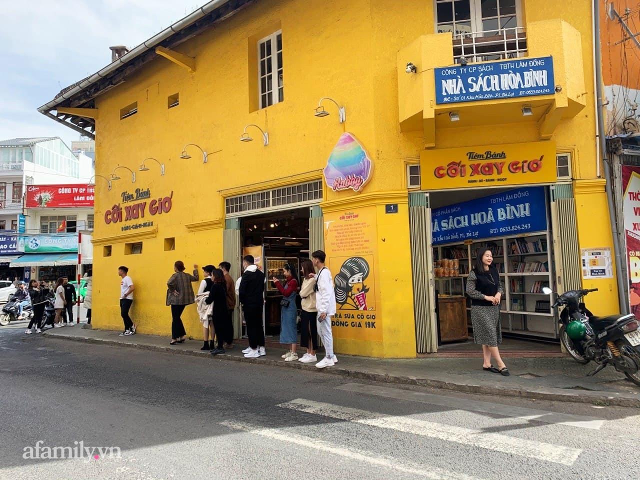 Hay tin bức tường vàng nổi tiếng của tiệm bánh Cối Xay Gió sắp ngừng hoạt động, khách du lịch kéo nhau đến chụp ảnh kỉ niệm đông nghẹt - Ảnh 7.