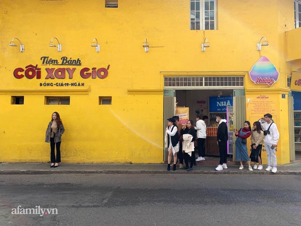 Hay tin bức tường vàng nổi tiếng của tiệm bánh Cối Xay Gió sắp ngừng hoạt động, khách du lịch kéo nhau đến chụp ảnh kỉ niệm đông nghẹt - Ảnh 4.