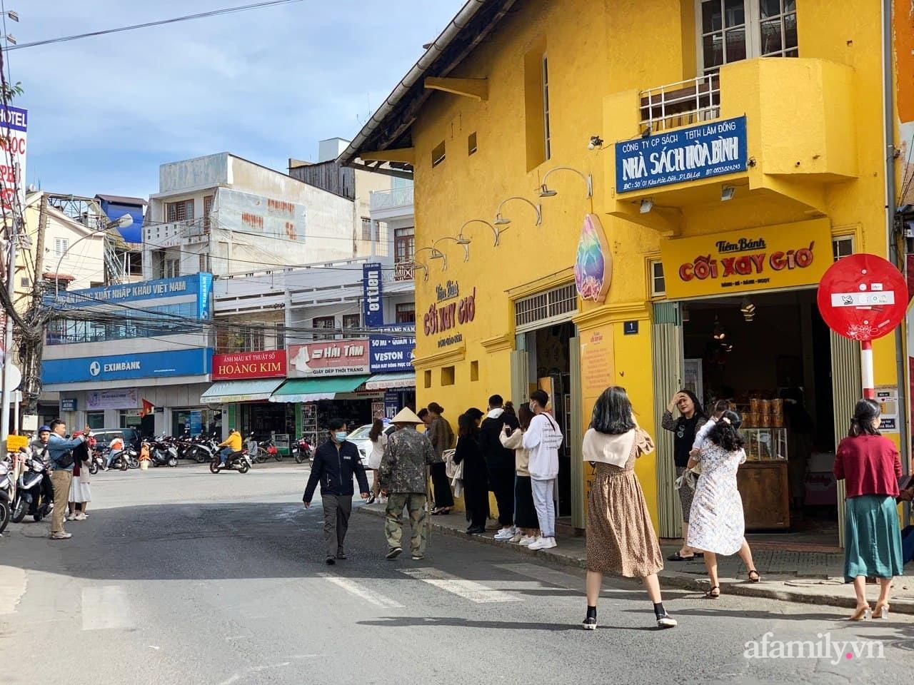 Hay tin bức tường vàng nổi tiếng của tiệm bánh Cối Xay Gió sắp ngừng hoạt động, khách du lịch kéo nhau đến chụp ảnh kỉ niệm đông nghẹt - Ảnh 2.