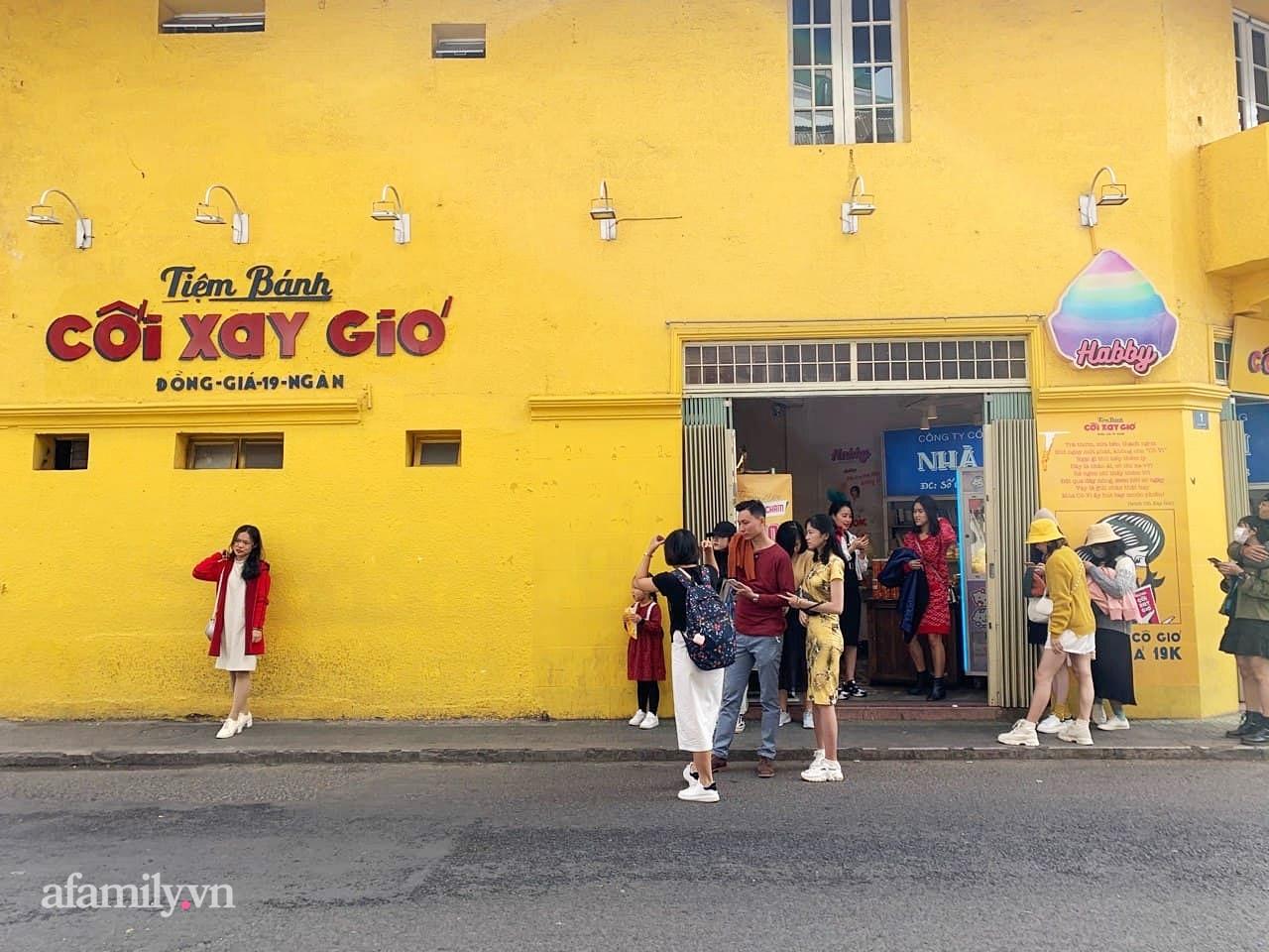 Hay tin bức tường vàng nổi tiếng của tiệm bánh Cối Xay Gió sắp ngừng hoạt động, khách du lịch kéo nhau đến chụp ảnh kỉ niệm đông nghẹt - Ảnh 5.