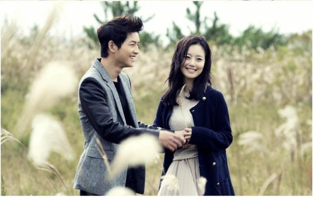 Bộ ảnh Song Joong Ki ngọt ngào bên cạnh Moon Chae Won gây sốt trở lại sau 8 năm, Song Hye Kyo liền bị đem ra so sánh - Ảnh 1.