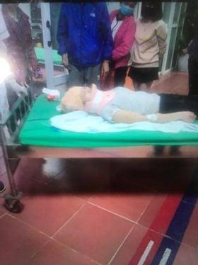 Hà Nội: Hai cô gái trẻ bị 2 xe ô tô tông liên tiếp, kéo lê hàng trăm mét rồi bỏ chạy - Ảnh 2.
