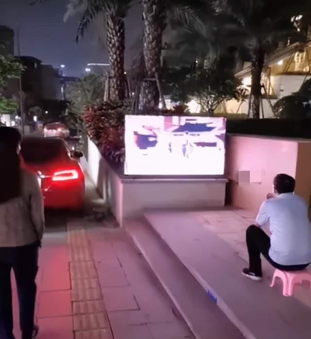 Ông bố thất thểu ngồi xem ti vi ngoài lề đường, hỏi ra mới biết chuyện dở khóc dở cười - Ảnh 1.