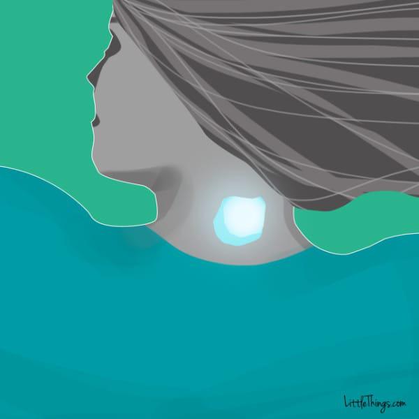 Đặt một viên đá lạnh lên cổ, lợi ích nhận được không chỉ là giảm đau, ngủ ngon, là phụ nữ càng nên thử - Ảnh 1.