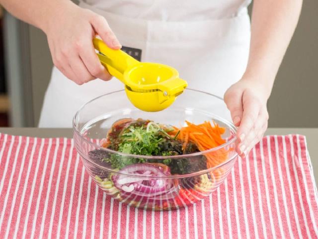 Món salad quen thuộc trong các nhà hàng Nhật Bản hóa ra lại có công thức chế biến nhanh gọn đến không tưởng: Thao tác 5 phút là xong, vừa ngon vừa tiết kiệm! - Ảnh 4.