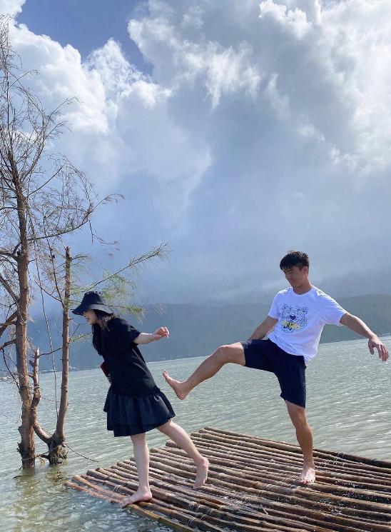 """Suýt nữa bị chồng đá xuống hồ khi đang đi du lịch, Quỳnh Anh """"chữa cháy"""" ngay bằng bức ảnh gia đình siêu đáng yêu - Ảnh 5."""