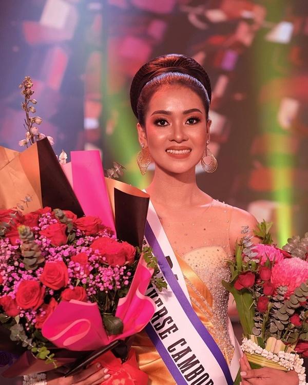 Tân Á hậu Hoàn vũ Campuchia vén váy lộ rõ nội y ngay giữa sân khấu trong giây phút được xướng lên trên sóng truyền hình - Ảnh 4.
