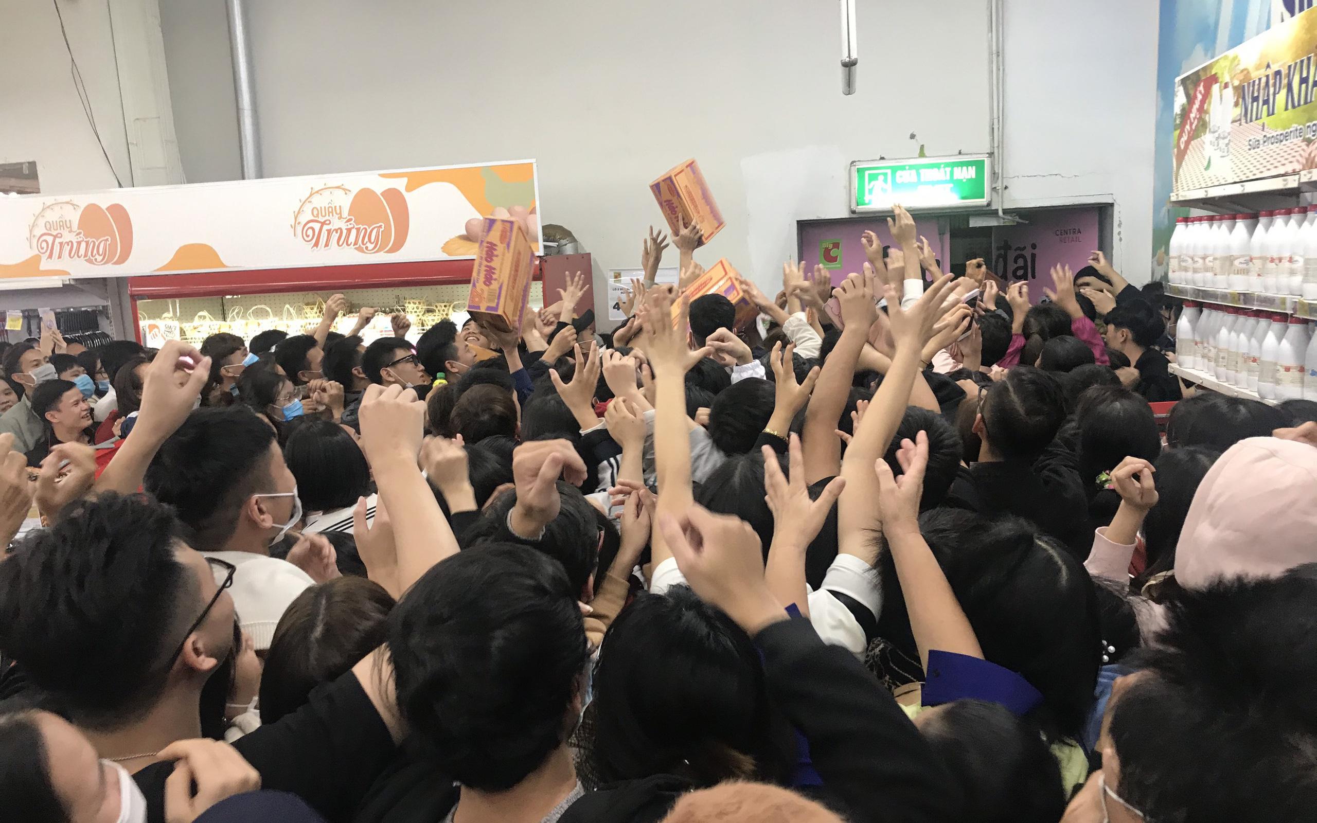 Hà Nội: Hàng nghìn người đổ về trung tâm thương mại lúc nửa đêm chen lấn mua mì tôm giảm giá Black Friday