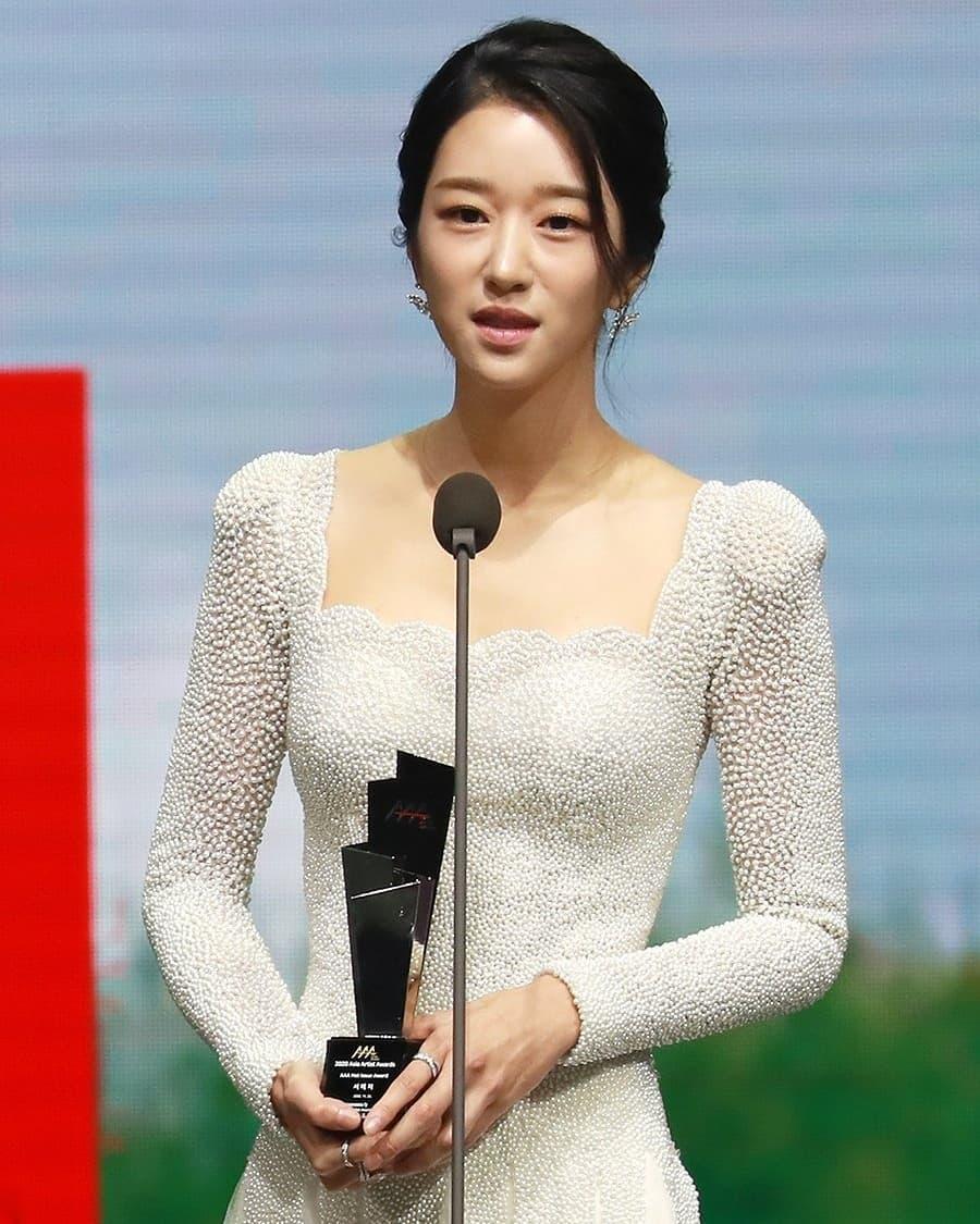 Sau màn hở bạo suýt tụt cả váy, Seo Ye Ji bất ngờ đổi style kín đáo, nhưng bất ngờ nhất là vòng 1 khủng lại lặn mất đâu rồi! - Ảnh 4.