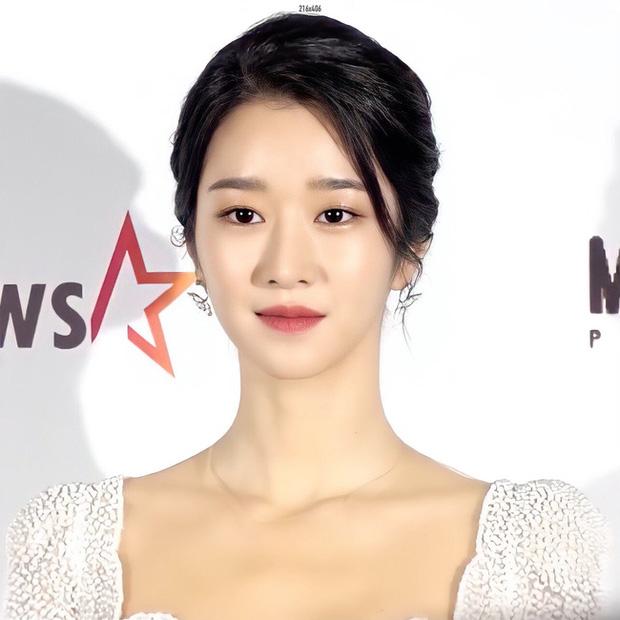 Sau màn hở bạo suýt tụt cả váy, Seo Ye Ji bất ngờ đổi style thanh lịch nhẹ nhàng như cô dâu vậy - Ảnh 4.