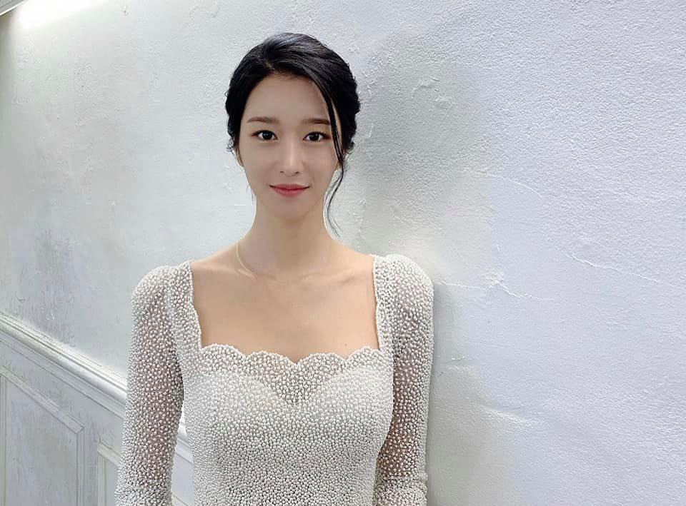 Sau màn hở bạo suýt tụt cả váy, Seo Ye Ji bất ngờ đổi style thanh lịch nhẹ nhàng như cô dâu vậy - Ảnh 3.