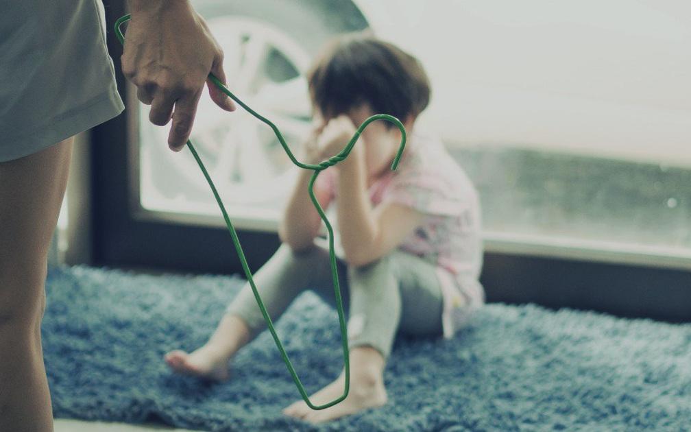 Dùng đòn roi trừng phạt sẽ tàn phá nghiêm trọng sức khỏe tâm thần của trẻ nhỏ, hậu quả bố mẹ không lường hết được