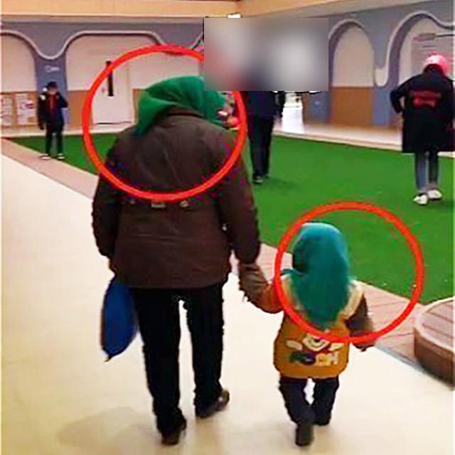 Trời trở gió nên bà ngoại quấn khăn cho cháu nhưng vừa đến lớp, đám trẻ đã ôm bụng cười ồ còn cô giáo vội ghé tai nhắc nhẹ 1 câu - Ảnh 1.
