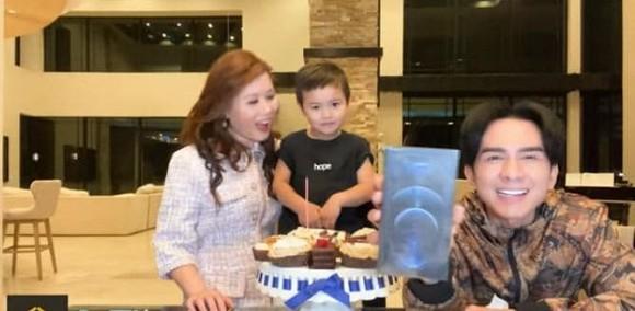 Đón sinh nhật tuổi 45 bên gia đình, Đan Trường khoe luôn món quà khủng do con trai tặng - Ảnh 2.