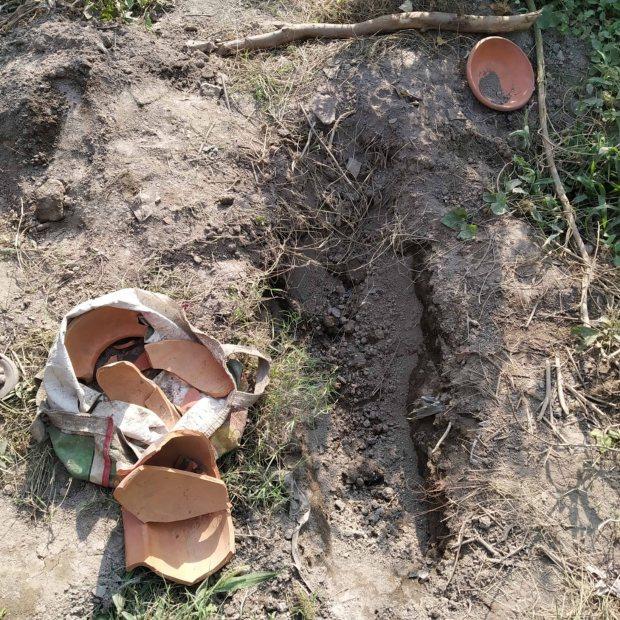 Cặp đôi đưa con mới sinh bị chết lưu đi chôn cất tại nghĩa trang, không ngờ trở ra với một đứa trẻ khác trên tay - Ảnh 1.