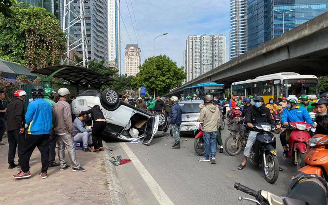 Hà Nội: Ô tô lật ngửa bụng sau tai nạn liên hoàn, 2 người bị thương