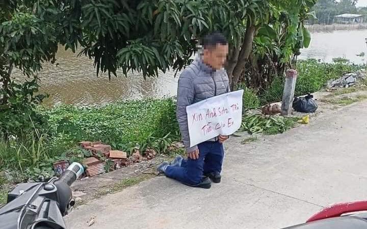 """Xôn xao hình ảnh người đàn ông dùng hạ sách quỳ trước nhà """"con nợ"""" xin trả tiền"""