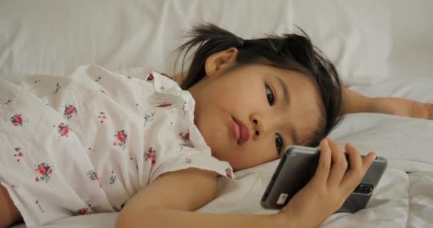 """Đang xem video về những đứa trẻ với cháu gái, bà mẹ hot mom bỗng """"ngã ngửa"""" khi thấy quảng cáo trang web """"sugar baby"""" xuất hiện - Ảnh 1."""