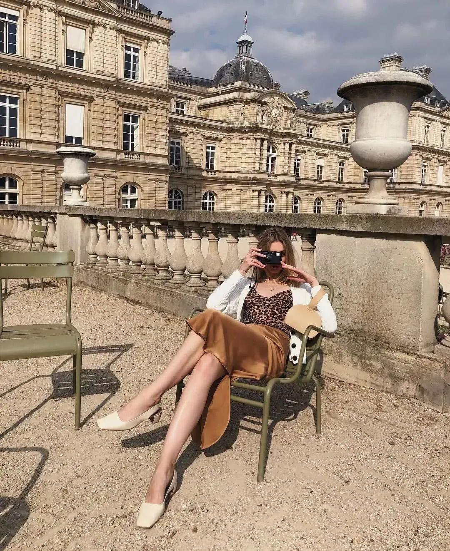 Nhìn hội gái Pháp ra ngay 3 cách diện áo cardigan mỏng xinh ngất mà cũng sành điệu ghê gớm - Ảnh 8.