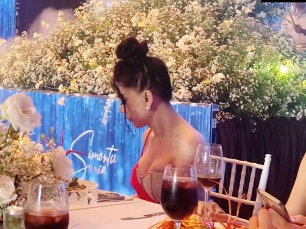 """Lâm Khánh Chi thích được gọi là """"công chúa"""", chuyện """"chặt đẹp"""" cô dâu bằng đủ kiểu váy áo lấp lánh trăm bề - Ảnh 2."""